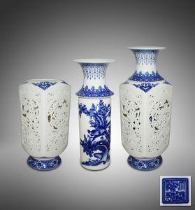 青花镂空雕灯笼形转瓶